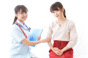 点滴をする女性と看護師の写真素材 [FYI04703881]