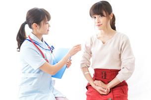 点滴をする女性と看護師の写真素材 [FYI04703882]