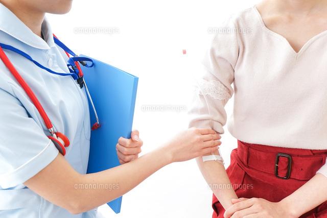 点滴をする女性と看護師の写真素材 [FYI04703883]