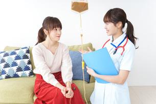 在宅で治療を受ける患者と訪問ナースの写真素材 [FYI04703927]