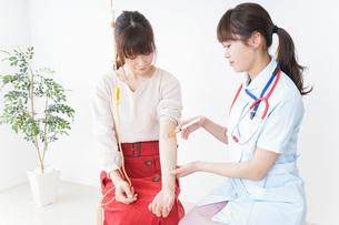 病院で診察を受ける患者とナースの写真素材 [FYI04703938]
