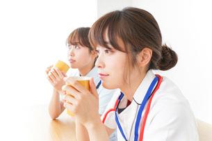 休憩をする看護師の写真素材 [FYI04703954]