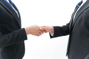 握手をするビジネスパーソンの写真素材 [FYI04703978]