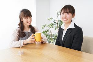 カフェで働く女性の写真素材 [FYI04704009]