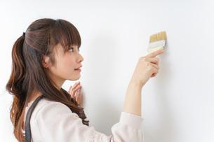 DIY・ペンキを塗る女性の写真素材 [FYI04704010]