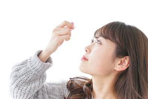 目薬を入れる女性の写真素材 [FYI04704036]