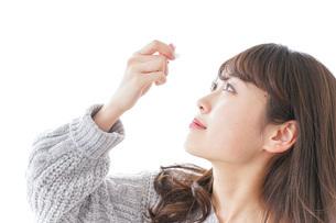 目薬を入れる女性の写真素材 [FYI04704040]