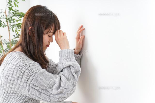 体調不良の女性の写真素材 [FYI04704050]