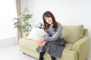 自宅でリラックスをする女性の写真素材 [FYI04704218]