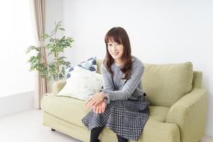 自宅でリラックスをする女性の写真素材 [FYI04704222]
