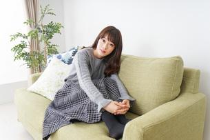 自宅でリラックスをする女性の写真素材 [FYI04704231]
