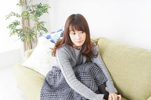 自宅でリラックスをする女性の写真素材 [FYI04704238]