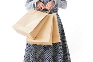 ショッピングをする女性・顔なしの写真素材 [FYI04704244]