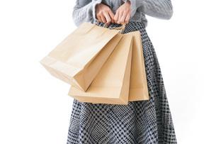 ショッピングをする女性・顔なしの写真素材 [FYI04704247]
