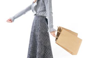 ショッピングをする女性・顔なしの写真素材 [FYI04704248]
