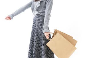 ショッピングをする女性・顔なしの写真素材 [FYI04704249]