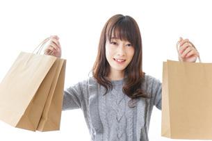 ショッピングをする若い女性の写真素材 [FYI04704252]