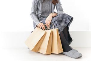 ショッピングをする女性・顔なしの写真素材 [FYI04704253]