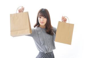 ショッピングをする若い女性の写真素材 [FYI04704254]