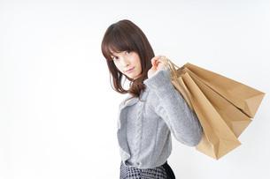 ショッピングをする若い女性の写真素材 [FYI04704258]