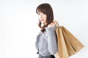 ショッピングをする若い女性の写真素材 [FYI04704259]