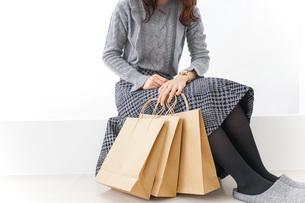 ショッピングをする女性・顔なしの写真素材 [FYI04704262]