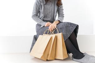 ショッピングをする女性・顔なしの写真素材 [FYI04704263]