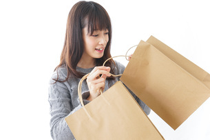 ショッピングをする若い女性の写真素材 [FYI04704267]