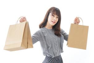 ショッピングをする若い女性の写真素材 [FYI04704268]