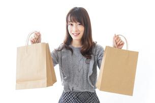 ショッピングをする若い女性の写真素材 [FYI04704269]