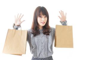 買い物をする若い女性の写真素材 [FYI04704270]