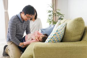 家族と家で過ごす幸せなファミリーの写真素材 [FYI04704309]