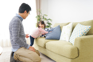 子育てをするイクメンパパの写真素材 [FYI04704310]