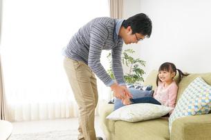 子育てをするイクメンパパの写真素材 [FYI04704320]