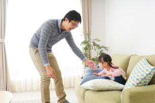 子育てをするイクメンパパの写真素材 [FYI04704325]