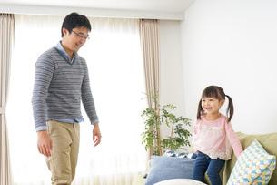 子育てをするイクメンパパの写真素材 [FYI04704326]
