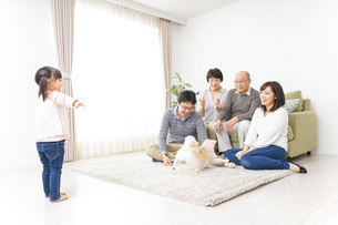 お遊戯をする子供と仲良しの家族の写真素材 [FYI04704366]