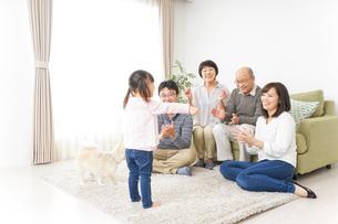 お遊戯をする子供と仲良しの家族の写真素材 [FYI04704367]