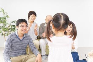 お遊戯をする子供と仲良しの家族の写真素材 [FYI04704368]