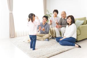 お遊戯をする子供と仲良しの家族の写真素材 [FYI04704370]