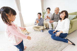 3世代の幸せなファミリーの写真素材 [FYI04704374]