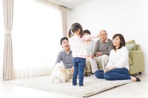 お遊戯をする子供と仲良しの家族の写真素材 [FYI04704377]