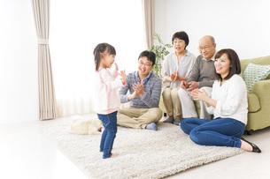 お遊戯をする子供と仲良しの家族の写真素材 [FYI04704379]