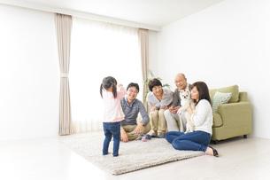 お遊戯をする子供と仲良しの家族の写真素材 [FYI04704391]