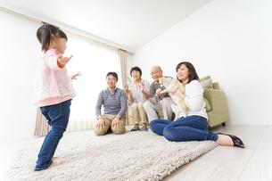 お遊戯をする子供と仲良しの家族の写真素材 [FYI04704395]