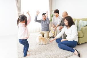 3世代の幸せなファミリーの写真素材 [FYI04704396]