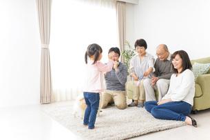 お遊戯をする子供と仲良しの家族の写真素材 [FYI04704402]