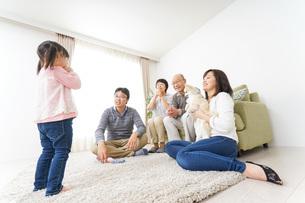 お遊戯をする子供と仲良しの家族の写真素材 [FYI04704410]