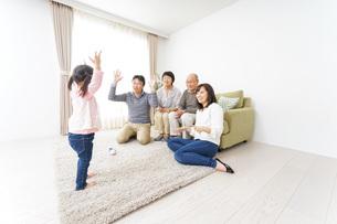 お遊戯をする子供と仲良しの家族の写真素材 [FYI04704412]