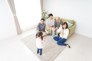 3世代の幸せなファミリーの写真素材 [FYI04704418]